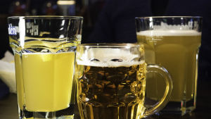 Kolme oluttuoppia pöydällä