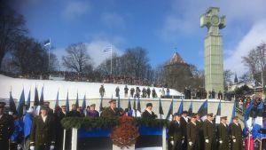 Den estniska försvarsmaktens befälhavare, general Riho Terras och president Kersti Kaljulaid talar vid militärparaden.