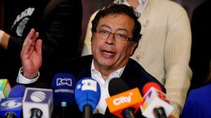 Vänsteralliansens presidentkandidat Gustavo Petro höll en presskonferens i Bogotá på söndagen.