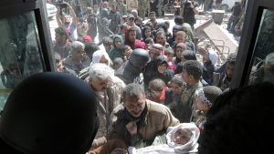 Hundratals civila flyr eller evakueras dagligen från Ghouta