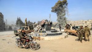 Pro-turkiska trupper firar i Afrin efter att en kurdisk staty dragits omkull.