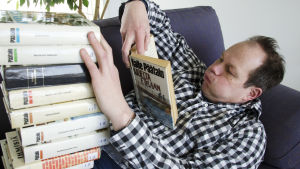 toimittaja Jukka Kuosmanen lukee Kalle Päätalon kirjaa