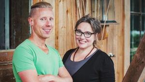 Mies eli toimittaja Nicke Aldén vaaleanvihreässä t-paidassa ja silmälasipäinen nainen eli Jaana Kautto mustassa asussa.