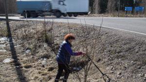 bild på en kvinna som plockar skräp
