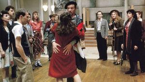 Tanssisalissa tanssitaan Ranskan vapauduttua. Kuva Ettore Scolan elokuvasta Tanssit (Le Bal).