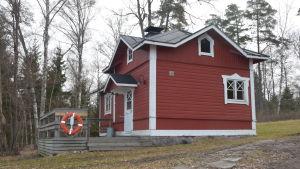 En röd bastu med via knutar som hör till Villa Grantorp.
