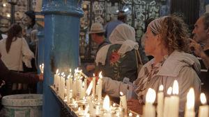 Judiska pilgrimer i El Ghribasynagogan på ön Djerba i Tunisien.
