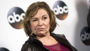 Skådespelaren Roseanne Barr med ena ögat slutet i pr-bild för ABC.