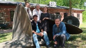 5 personer framför gjutjärnsmuseet i Dalsbruk