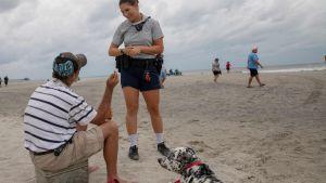 Folk på stranden varnas för annalkande orkanen Florence i Myrtle Beach, South Carolina.