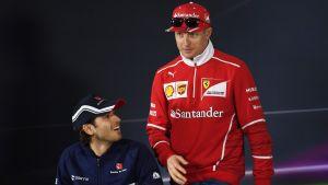 Antonio Giovinazzi sitter ner, Kimi Räikkönen står upp.