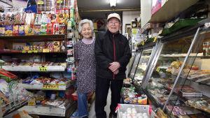 Ett äldre par i den livsmedelsaffär  de driver i Tokyo