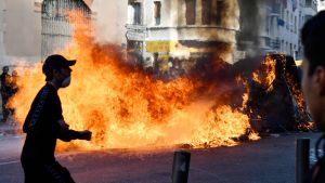 Brinnande sopor i Marseille på torsdagen, i samband med gymnasieelevers protester.