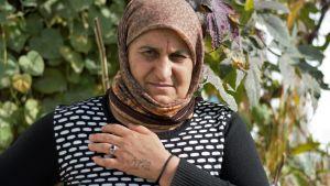 Yazidisk kvinna med namnet tatuerat på vänster hand