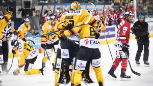 Denis Godla kramas om av några lagkamrater