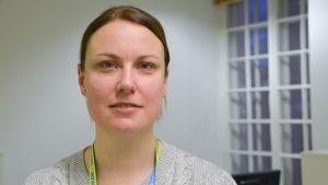 Kvinna med nyckelband kring halsen som gör reklam för vårdfacket Super