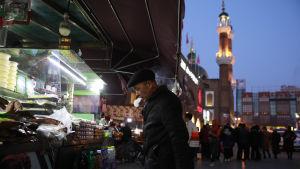 Uigurer på en marknad i Xingjiang, Kina