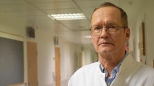 Kalevi Laitinen, docent och specialist i inre medicin, säger att fostret kan bli mindre av järnbrist men att man inte ska överdriva farorna med järnbrist.