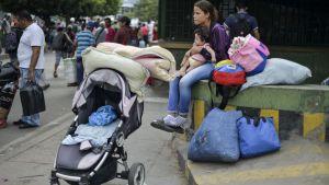 Kvinna och barn i Cucuta, Colombia efter att ha korsat gränsen mot Venezuela.