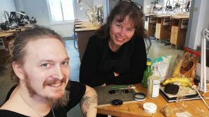 Vuxenstuderande Hannes Alin producerar ett vikingasmycke under guldsmidesläraren Maria Wikströms ledning.
