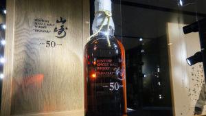En flaska 50-årig japansk whiskey som såldes för 202 500 euro.