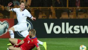 Fredrik Jensen blickar mot bollen.