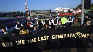 Protesterande ungdomar vid flygplatsen Heathrow 19.4.2019