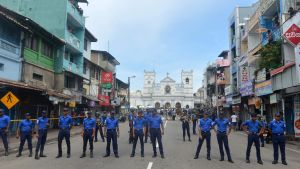Soldater på vakt vid kyrkan St Anthony i Kochchikade, nära Colombo, Sri Lanka