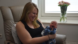 En mamma med sitt nyfödda barn.