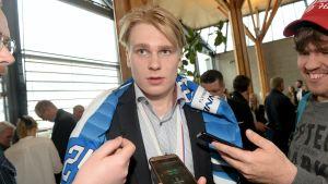 Kaapo Kaakko intervjuas i Finland under välkomstceremonin på Helsingfors-Vanda flygplats efter guldvinsten i ishockey-VM.