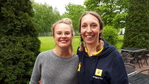 BUU-klubbens proramledare Malin Olkkola står bredvid föreningen Project Livs medarbetare Heidi Lindeman