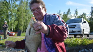 En kvinna håller i en 500 grams braxen.