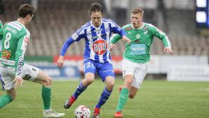 Lassi Lappalainen utmanar IFK Mariehamn-spelare.