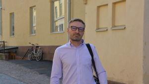 Krister Lindman står på en gata.