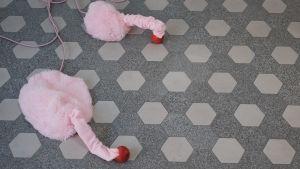 Två robotar av Eevi Rutanen på golvet.