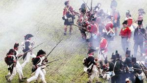 Bilder från en rekonstruktion av slaget 2012. På ena sidan de franska styrkorna ledda av Napoleon Bonaparte och på andra sidan de allierade styrkorna under Hertigen av Wellington.