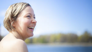 Anna-Pia Svarvar i profil. Hon ser glad ut.