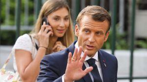 Franrikes president Emmanuel Macron vinkar åt förbipasserande på väg till ett möte under G7-toppmötet i Biarritz