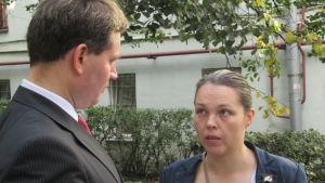 Dmitrij Kumanovskij och Olga Us utbyter erfarenheter i valarbetet
