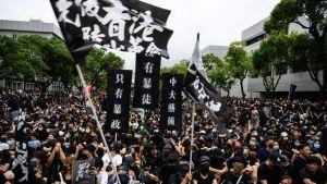 På måndagen protesterade studenter utanför det kinesiska universitetet6 i Hongkong.