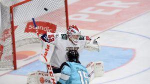 Jesse Mankinen gör mål på Atte Engren.