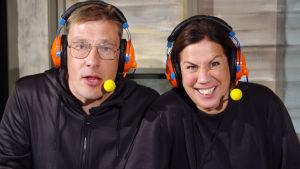Mikael Strömberg och Jonna Nyman med headsets
