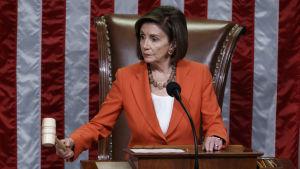 Nancy Pelosi puhemiehen nuija kädessään.