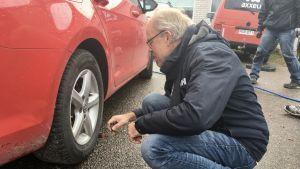 Paul Reuter inspekterar vinterdäcken.