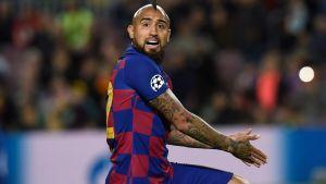 Arturo Vidal protesterar mot att hans mål blev bortdömt på grund av offisen.