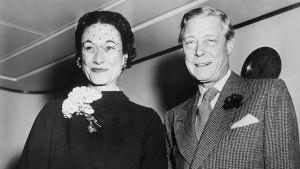En amerikanska har ruskat om brittiska kungahuset en gång tidigare. Kung Edvard VIII gav upp tronen för kärleken till Wallis Simpson.