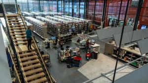 Bokhyllor i mängder finns i den stora bibliotekssalen.