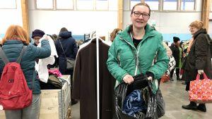 Tanja Hallberg håller upp en sopsäck med avlagda jeans.