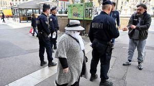 Poliskontroll i Marseille 17.3.2020.   Ingen onödig utomhusvistelse är tillåten. Dokument på orsaken till utevistelsen  måste uppvisas.  I annat fall kan det bli böter.