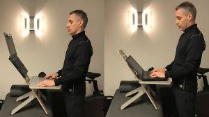 En man står vid sin laptop som ligger på ett litet bord. Bordet i sin tur står på en bänk så mannen får en optimal ståend arbetsställning.